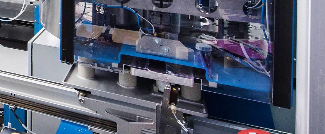 一條運輸測試板和容器的軌道系統,貫穿整個120平方公尺的HTE系統。