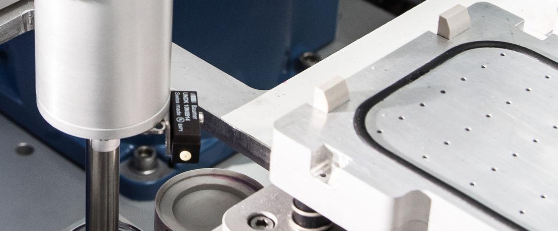 精確且謹慎:專為這項工作而設計的機器人用移液管吸取塗料,並滴加到測試板上,然後用塗膜製備器精確製備預設膜厚的塗層。
